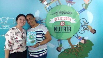 Supervisora e merendeira escolar da Apetece comemoram a premiação e a publicação sobre alimentação infantil saudável